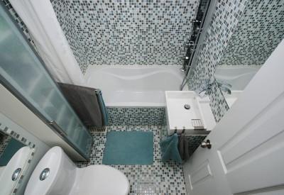 Malá koupelna vyžaduje kreativní řešení, zdroj: shutterstock.com