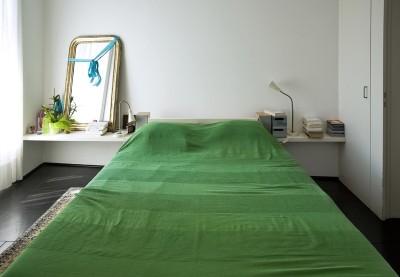 Manželská postel s odkládací policí, zdroj: shutterstock.com