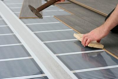 Instalace přímo pod plovoucí podlahu, zdroj: shutterstock.com
